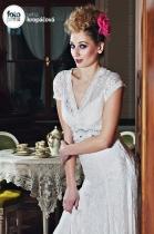 extravagantní svatební líčení a účes